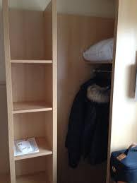 surface chambre hotel penderie dans un coin d une chambre à la surface déjà minime