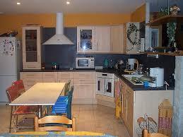 mur cuisine comment fixer un meuble au mur unique poser meubles de cuisine dans