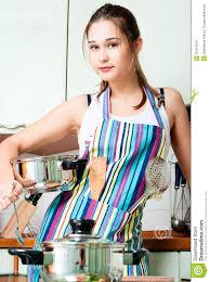 femmes plus cuisine femme au foyer sur la cuisine domestique image stock i on