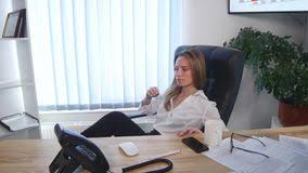 le de bureau sur pied l employé de bureau prenant une pause café avec ses pieds nus a