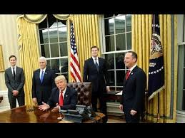 Trump Oval Office Rug Trump Switches Oval Office Drapes And Couches And Brings Back Bush