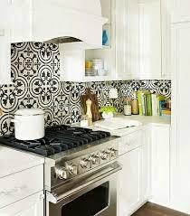 deco cuisine classique dosseret de cuisine artisanal grâce aux carreaux de ciment multicolores