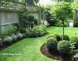 Small Backyard Gardens by Best 25 Landscaping Along Fence Ideas On Pinterest Privacy
