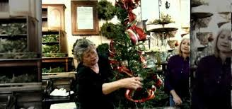 how to use holiday ribbon to decorate your christmas tree