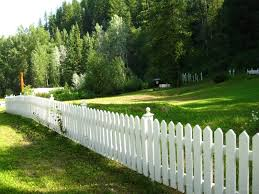 Backyard Fence Styles by 26 White Picket Fence Ideas And Designs