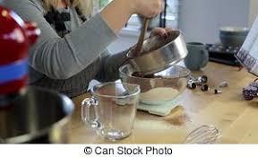 tamiser cuisine debout cooking femme peser ingrédients farine