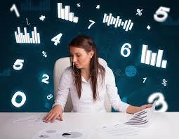 bureau des statistiques femme d affaires s asseyant au bureau avec des tableaux et