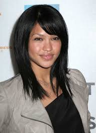 layered cuts for medium lengthed hair for black women in their late forties looking glamorous with medium length hairstyle for women woman
