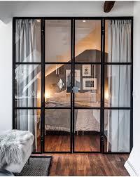 une chambre camouflée derrière une verrière homes
