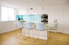cuisine blanche et bleue une cuisine blanche dynamisée avec une crédence bleue