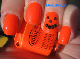 halloween howtos nail art her campus 10 halloween nail art ideas