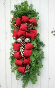 Easy To Make Christmas Decorations For Outside by 193 Best Christmas Swags Images On Pinterest Christmas Swags