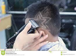 couper cheveux garã on tondeuse la coupe de cheveux du garçon avec la tondeuse et le rasoir dans