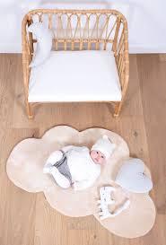 tapis ourson chambre bébé tapis nuage beige pour chambre bébé par lilipinso