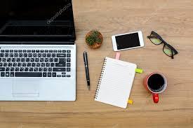 sur le bureau ordinateur portable et tasse de café avec ordinateur portable et