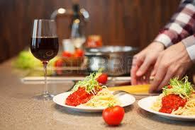 cuisiner maison bel homme cuisiner à la maison préparer les pâtes dans une cuisine