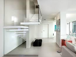 weiãÿe treppe freitragende treppe im spotlicht 29 moderne bolzentreppen