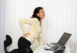 femme de bureau femme avec maux de dos du disque intervertébral dans le travail de
