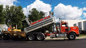 dump truck kenworth t800h dump truck hauling u0026 dumping asphalt into cat