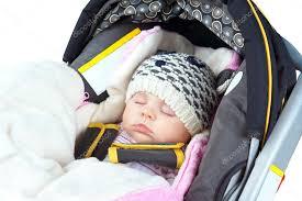 siege auto nouveau né nouveau né endormi dans le siège auto photographie mirage3 24374289