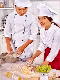 chef cuisine femme homme femme au chapeau chef cuisine poulet photographie poznyakov