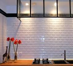 deco de cuisine deco mur de cuisine le carrelage blanc brillant une daccoration