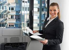 femme de bureau femme d affaires à côté d imprimante de bureau image stock image