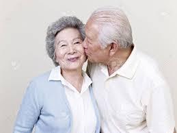 baisee dans sa cuisine portrait d un de personnes âgées asiatique baiser banque d