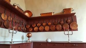 batterie de cuisine en cuivre l immense cuisine avec sa cheminée et toute une batterie de cuisine