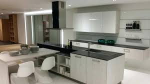 cuisine blanc brillant cuisine blanche plan de travail noir plan travail en cuisine plan