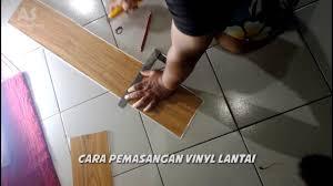 Laminate Floor Murah Cara Pemasangan Lantai Vinyl Motif Kayu Youtube