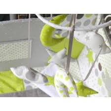 chambre bébé vert et gris mobile pour lit de bébé thème étoiles et pois pour décorer la