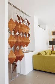 Wohnzimmer Raumteiler 3d Holzelemente An Senkrechten Stangen Als Sonnenschutz