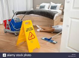 nettoyage chambre hotel femme de ménage a un au travail lors du nettoyage de