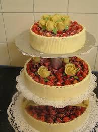 hochzeitstorte erdbeeren bäckerei puppe traditionshandwerk