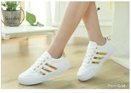 Sepatu Adidas Kets kets bertali wanita warna putih model terbaru dan murah