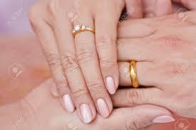 an welcher trã gt den verlobungsring weibliche und männliche trägt verlobungsring halten in