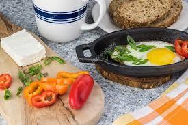 petit plat en chambre chambres d hôtes avec oeuf au plat légumes frais et feta