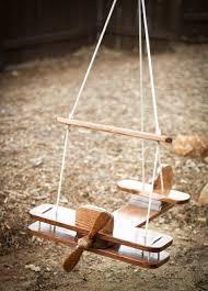si e balancoire fantastique à bascule en bois dans le plaisir de jardin pour les