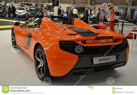 voiture de luxe vue d u0027arrière à la nouvelle voiture de sport orange de luxe de