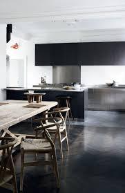 kche zu dunklem boden moderne küchen minimalistisch rustikaler esstisch dunkler boden