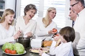 cuisine famille grand mère avec la famille de cuisson dans la cuisine sourire et