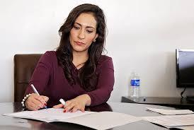 femme de bureau photo gratuite femme femmes bureau travail image gratuite