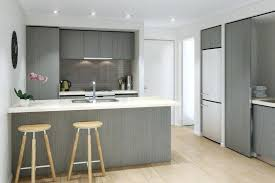 fond blanc en cuisine plan de travail cuisine gris clair cuisine gris et bois clair sur