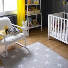 tapis de chambre bébé faut il mettre un tapis dans une chambre d enfant déco et saveurs
