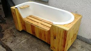 Bathtub Bench Seat Old Bathtub And Pallets Into Pallet Bench 101 Pallets