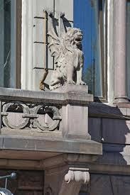 balkon bank standbeeld een gevleugelde leeuw op een balkon de bouw