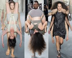 fashion terbaru saling gendong dalam fashion show terbaru rick owens