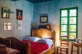 la chambre d arles airbnb propose de loger dans une toile de gogh