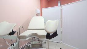 sedia ginecologica sedia ginecologica in clinica medica stock footage di